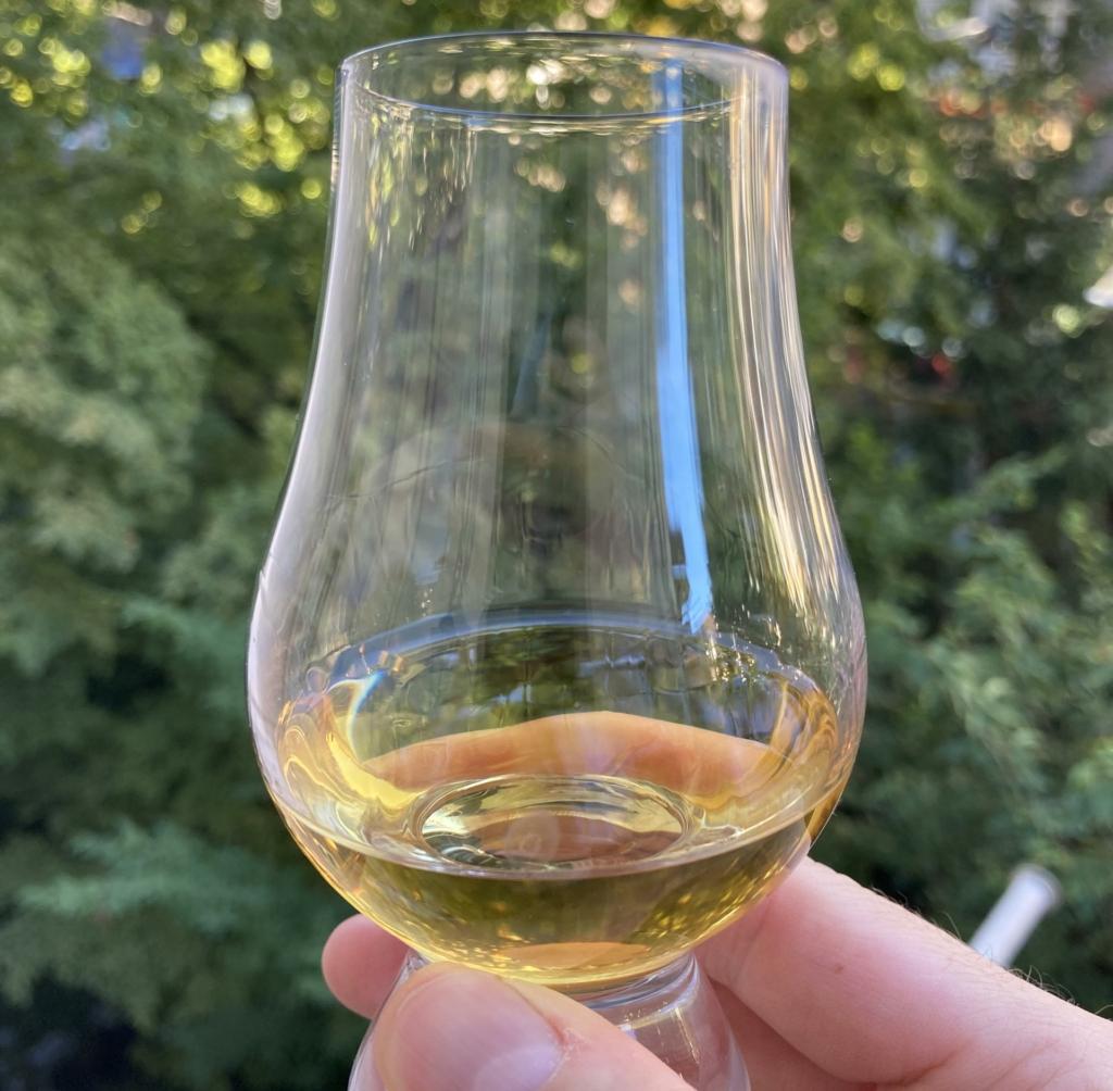 Betrachten sie die Farbe und die Schlierenbildung des Whiskys.