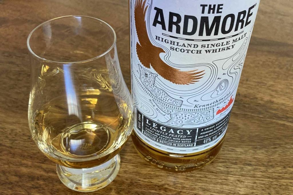 Ein Dram des Ardmore Legacy im klassischen Glencairn Glass.