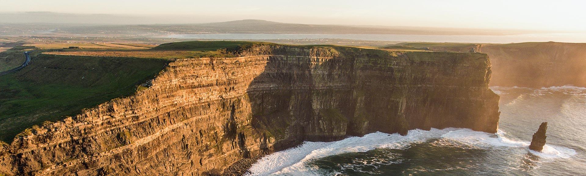Irland - Klippen von Moher im Sonnenuntergang.