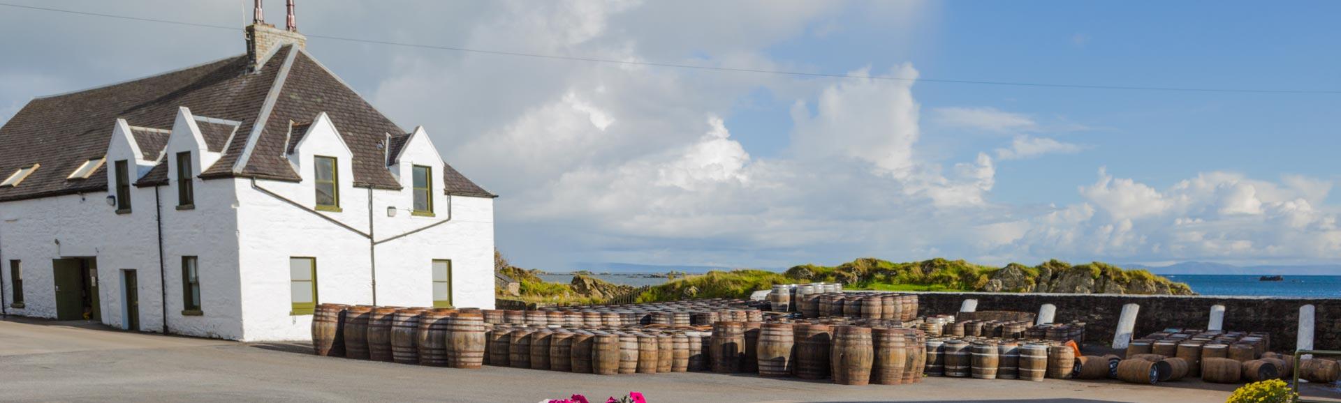 Whisky-Destillerie-Fässer lagern unter freiem Himmel.