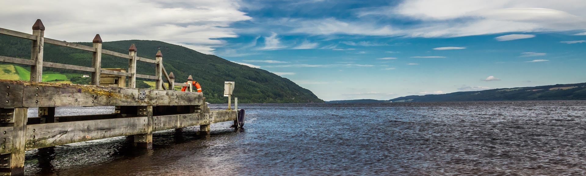 Ein alter Steg mit weitem Blick über Loch Ness.