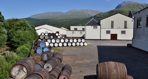 Alte Fässer vor einer Brennerei in den Highlands.