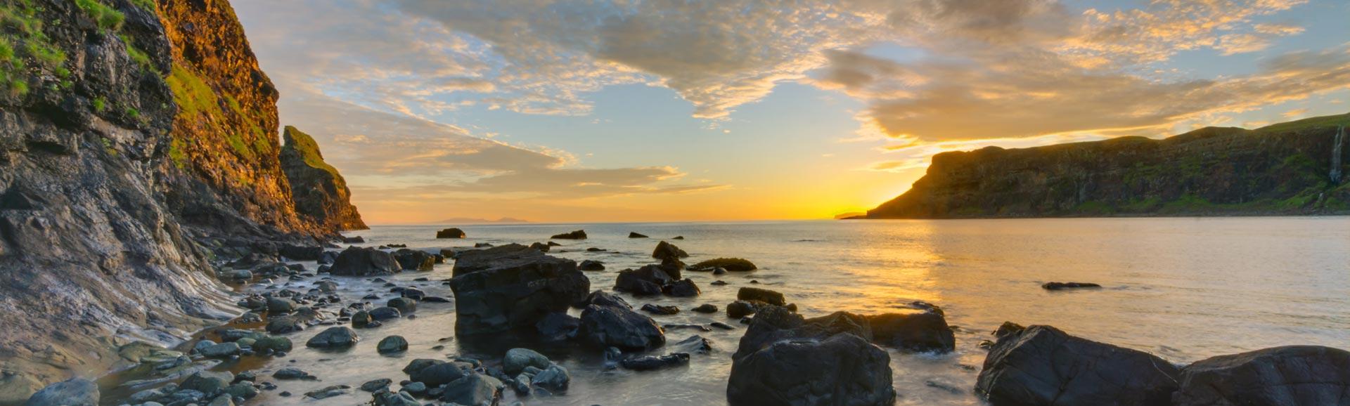 Sonnenuntergang in der Talisker Bucht, Schottland.