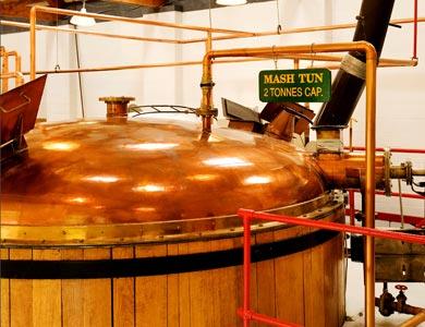 Whisky-Brennerei von Innen.
