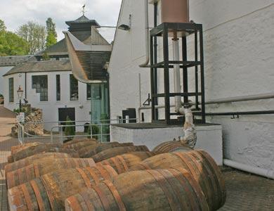Whiskyfässer im Hof einer Brennerei.