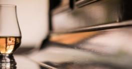 Single Malt Whisky auf einem Klavier.
