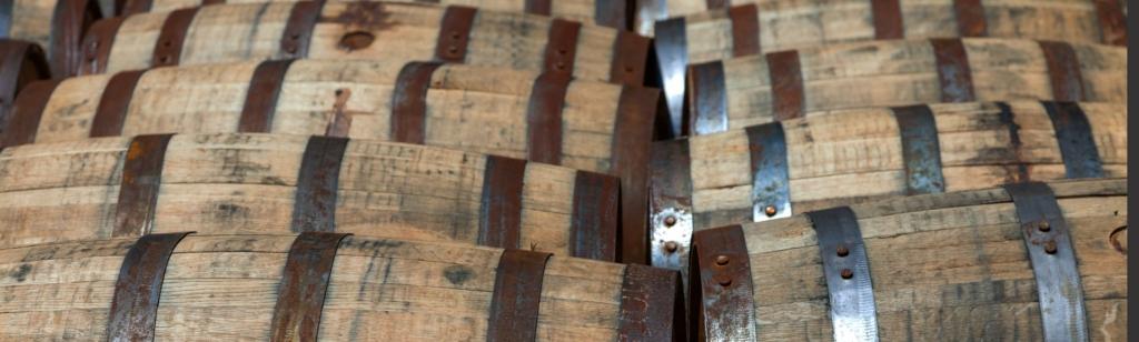 Eingelagerte Bourbonfässer.