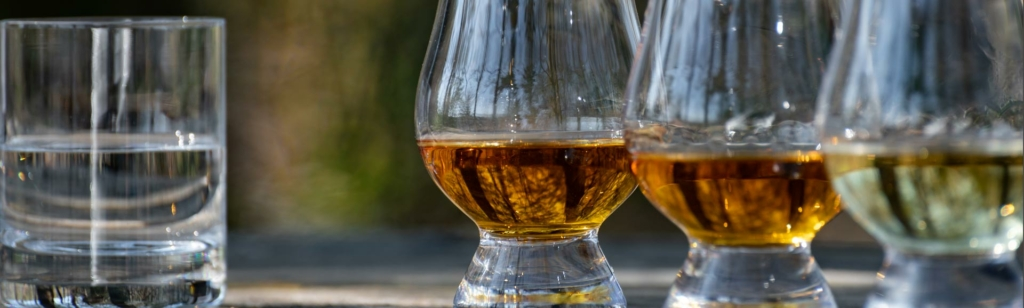Whisky-Verkostung: Drei Glencairn-Gläser und Wasser.